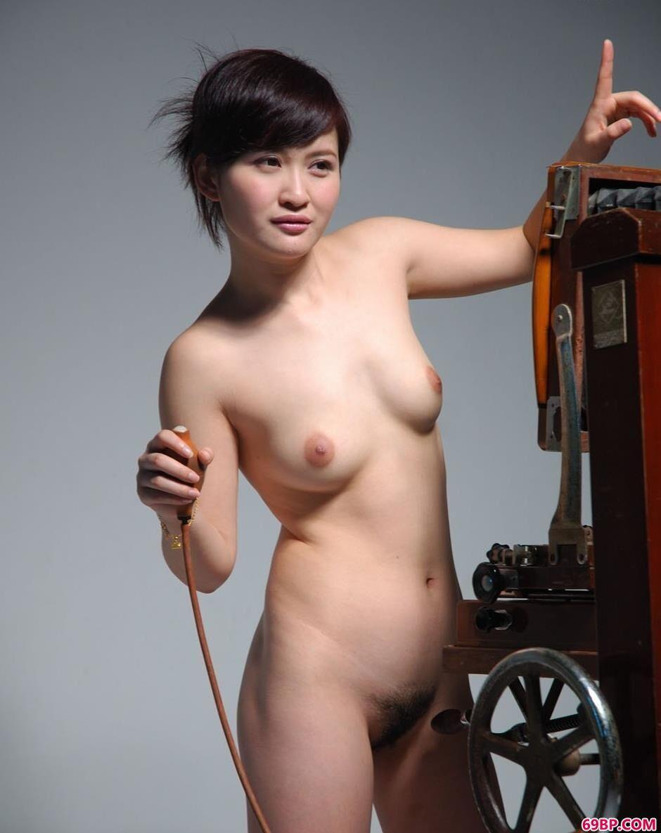 超模judy在老式相机前的性感人体2