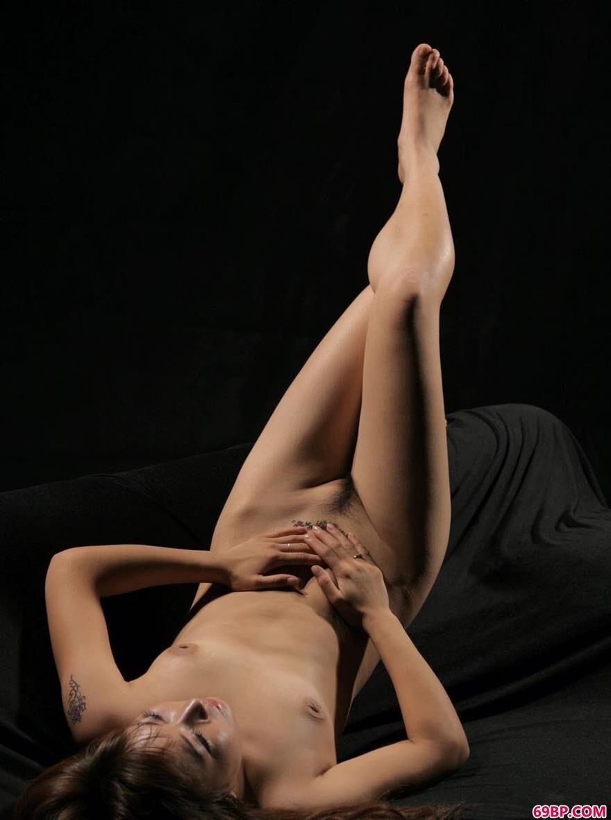 嫩模依娜室拍黑色沙发上的人体
