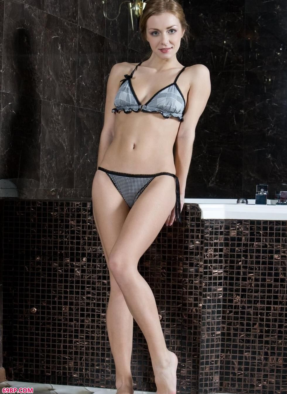 超模Sharon浴缸里的妩媚人体