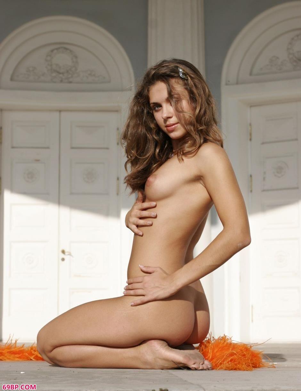 裸模Olesya教堂前的风骚人体_西人体艺术