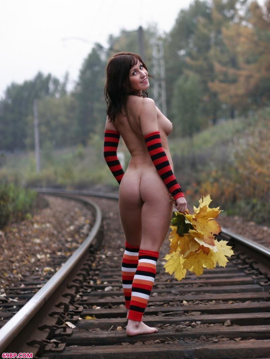 美模Vika铁道上的性感人体