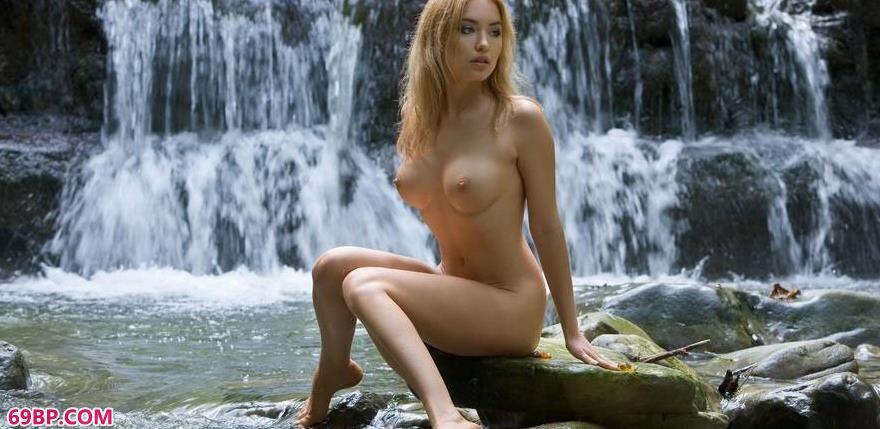 清纯妹子Angelia瀑布前的美体_张筱雨人体艺术图