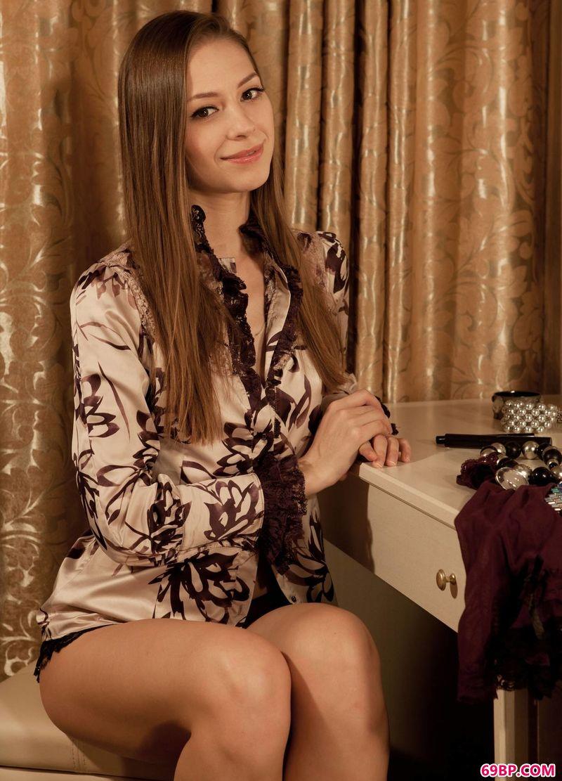 梳妆台前的女人Olya